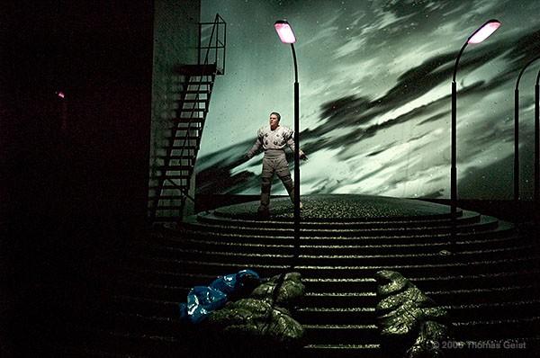 http://www.thomasgeist.de/pages/Portfolio/Theater/Rigoletto/slides/Rigoletto33.jpg